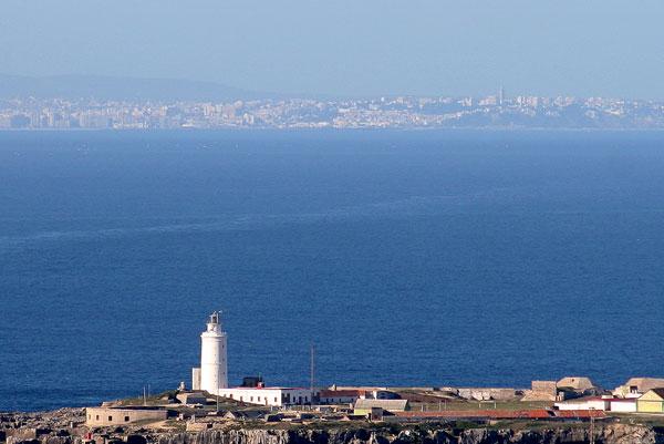 Estrecho-de-Gibraltar.-Al-fondo-Tanger.-En-primer-plano-el-Faro-de-Punta-Tarifa